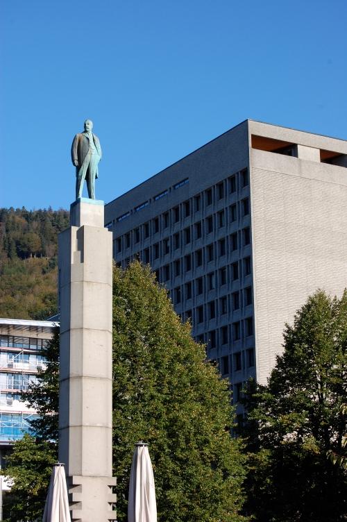 Christian Michelsen står høy og rank ved siden av Bergens rådhus.