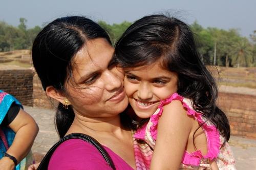 Barn over hele verden trenger en mor som bryr seg. Her mor og datter fra Comilla i Bangladesh.