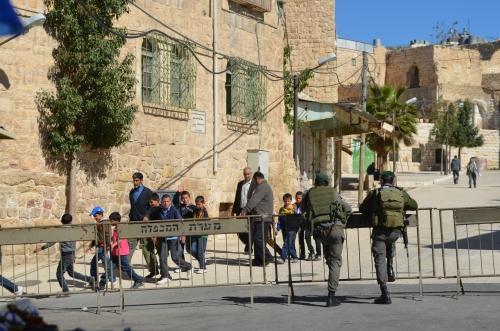 Israelske unge menn som må bruke tre år av livet sitt i militæret og barn som lever i ufrihet blir rammet av konflikten på ulike måter. Et mindretall av palestinske barn kaster steiner på israelske soldater. Disse vinker til dem.
