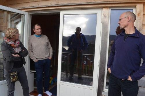 Arild viser frem solfangeranlegget på taket. Til venstre: Astrid Byrknes Aarhus ordfører i Lindås kommune og hennes mann Til høyre. Arild Haukeland