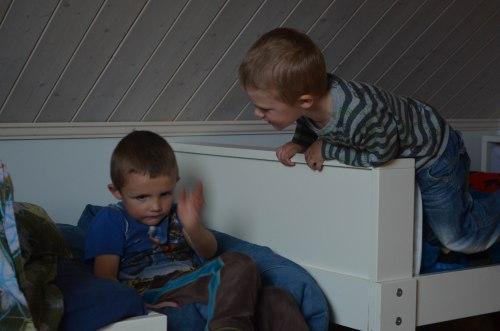 Barna kom løpende ut døra for å ta i mot meg. De ville gjerne vise meg rommet sitt med alle lekene.