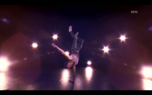I Adil Khans hemmelige dansere lærer Adil stive nordmenn å danse.